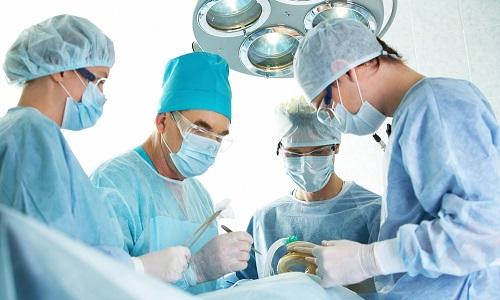 В тяжелых случаях проводится хирургическое лечение, заключающееся в удалении части поджелудочной железы
