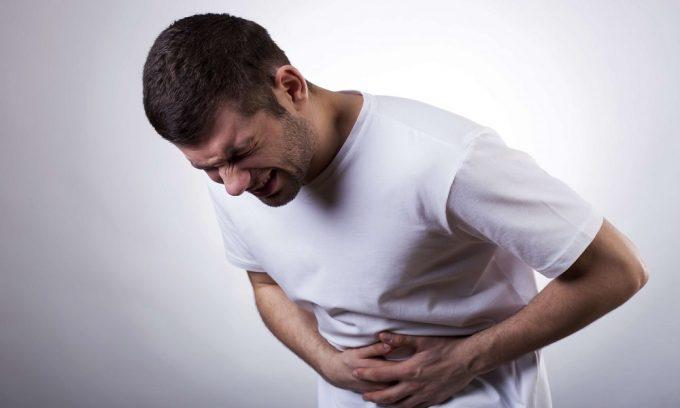 Панкреатит, развивающийся на фоне длительного употребления алкогольных напитков, сопровождается болью, опоясывающий верхнюю часть живота