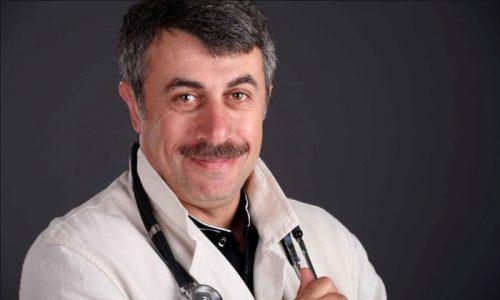 Педиатр Комаровский советует придерживаться регулярного, полезного питания, избегать переедания и совместного введения первых и вторых блюд в одном приеме пищи