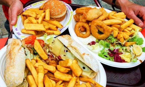 Злоупотребление жирной и жареной пищей и другие отступления от диеты приводят к воспалению поджелудочной железы и нарушению выработки ферментов