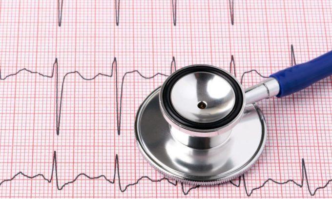 Симптомом развития деструктивных изменений в поджелудочной железе может быть тахикардия, боль за грудиной