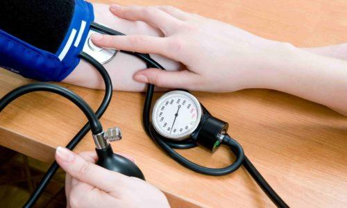 При СД 2 типа повышается давление, плохо заживают раны, часто болит голова и конечности